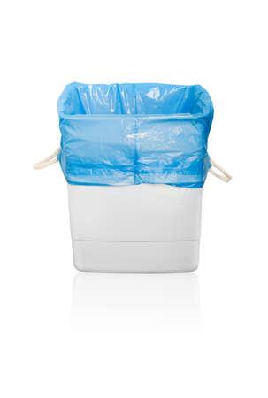 cesto basura: Bote de basura. Aisladas sobre fondo blanco. Foto de archivo