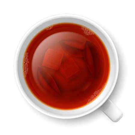 bovenaanzicht plant: Kop van zwarte thee met brokken van gele rietsuiker en thee bladeren op de bodem op een witte achtergrond