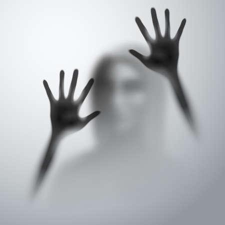 Ombre d'une femme derrière l'abstraction de la figure floue de la main et du corps en verre mat