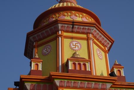 Brillamment peint temple hindou avec une croix gammée en Inde Banque d'images - 54219259
