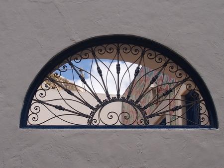 la decoración de las ventanas de celosías torcido calzados en el estilo marroquí Foto de archivo