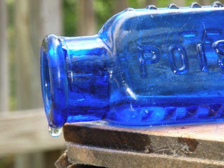 veneno frasco: Botella de veneno azul Foto de archivo