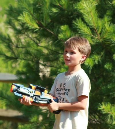Child playing guns Imagens