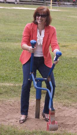Vrouw lachend op childs speelgoed Stockfoto - 15851185