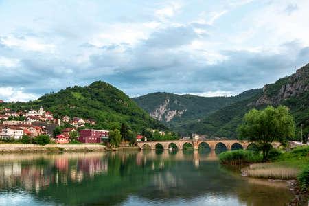Mehmed Pasha Sokolovic antiguo puente histórico de piedra sobre el río Drina en Visegrad, Bosnia y Herzegovina