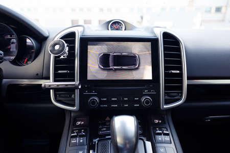 Funzionamento di una telecamera specchietto laterale per retrovisione. del sistema di visione surround a 360 gradi. Visualizzazione delle immagini sull'unità principale. Multimedia in macchina. Aiuta le opzioni di assistenza all'interno dell'automobile premium