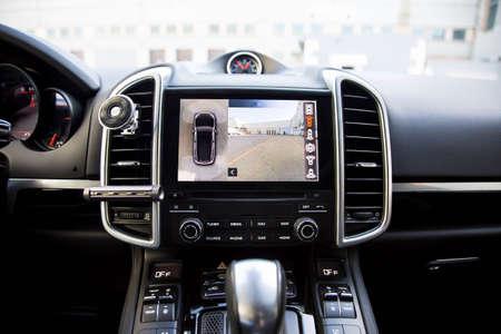 Interni di suv premium, lavoro della telecamera frontale, laterale e posteriore nel sistema a 360 gradi. Aiuta le opzioni di assistenza all'interno di un'auto di lusso.