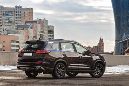 Moscow, Russia - March 19, 2021: Chery Tiggo 8 Pro \ Plus The car is parked on the street of a big city. Megapolis. The SUV is purple. Large car from china. backside and side view Éditoriale