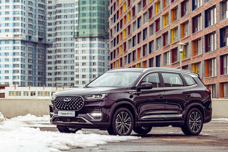 Moscow, Russia - March 19, 2021: Chery Tiggo 8 Pro \ Plus The car is parked on the street of a big city. Megapolis. The SUV is purple. Large car from china. Front and three-quarter views. Éditoriale