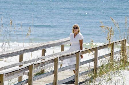 A pretty lady at the beach. 版權商用圖片