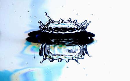 水のスプラッシュ ブルーと白の背景