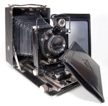 Antigua cámara de gran formato 9x12 con pantalla de enfoque mate y reverso de película (aislado en blanco)