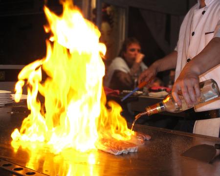 Koken Teppanyaki vlees met vuur op de grill Stockfoto
