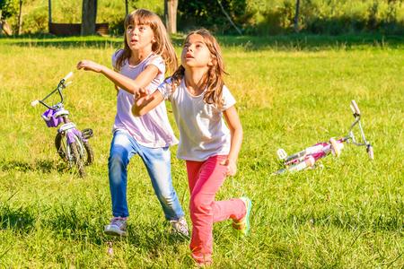 ni�as peque�as: Dos ni�as felices est�n jugando en el parque