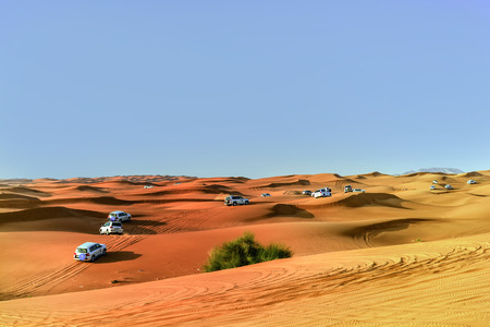 4 mal 4 Dune Bashing ist ein beliebter Sport der arabischen Wüste Standard-Bild - 43268716