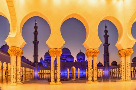 Grande Mosquée Sheikh Zayed au crépuscule à Abu Dhabi, Emirats Arabes Unis Banque d'images - 56458579