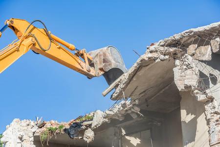 Abriss eines alten Hauses mit Bagger Standard-Bild - 74342230