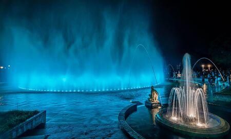 Fontaine colorée la nuit dans le parc de la réserve à Lima, au Pérou