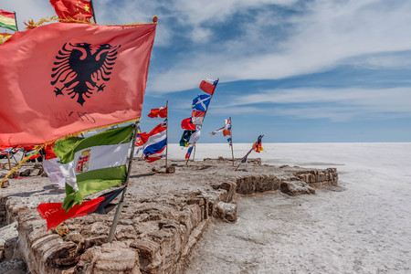 Banderas de varias naciones en Salar de Uyuni (Salt Lake), Bolivia Editorial