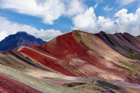 別名虹山のクスコ、ペルーの地域の Vinicunca のハイキングの人々 写真素材