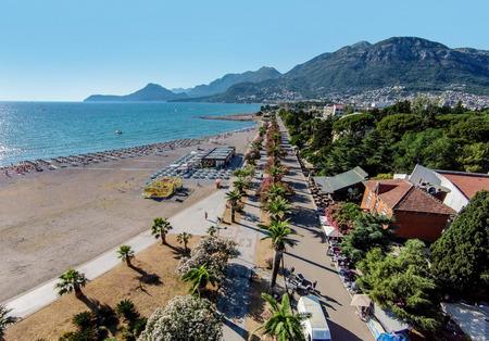 Playa en la ciudad de Bar situada en el mar Adriático en Montenegro Foto de archivo - 91266152