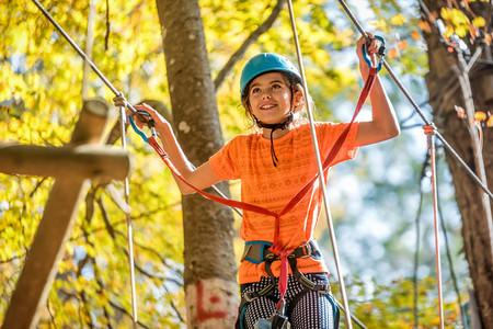 Belle petite fille s'amuser dans le parc d'aventure, Monténégro Banque d'images - 91129984