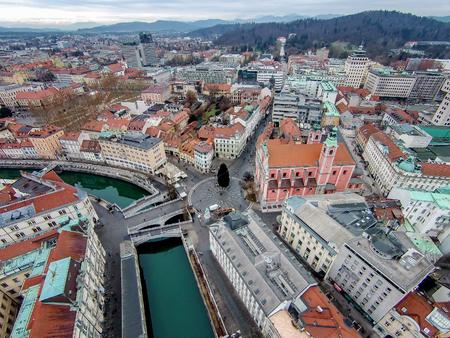 City center of Ljubljana with the river Ljubljanica and the triple bridge Tromostovje, Slovenia Imagens