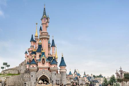 Paryż, Francja-12 stycznia 2019: Zamek Śpiącej Królewny w parku Disneyland w Marne La Vallee we Francji. Disneyland w Paryżu Publikacyjne
