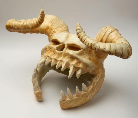 horned: casco del cr�neo de un monstruo con cuernos del infierno