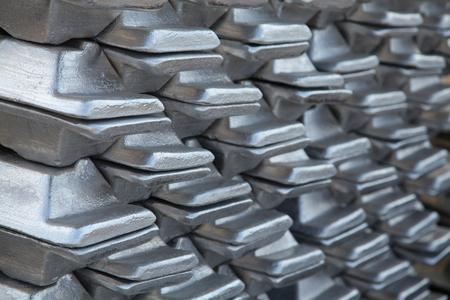 Una pila de fundición de aluminio en stock para uso de fondo