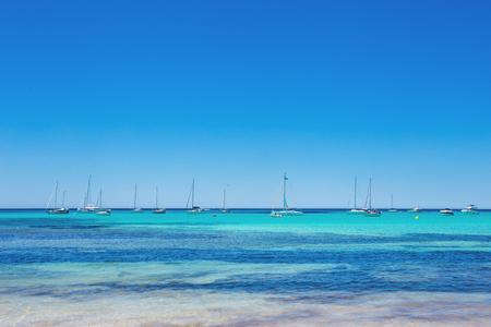 Es Trenc - magnifique plage avec une belle eau claire et beaucoup de yachts, île de Majorque, Espagne Banque d'images - 97564506
