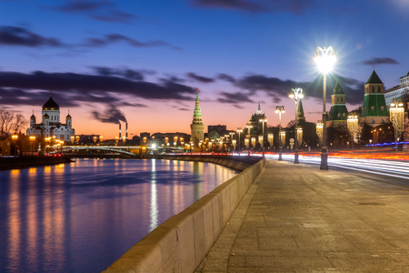 Beautiful sunset on Moskva river embankment with a view of Kremlin wall and Cathedral of Christ the Saviour in Moscow, Russia Standard-Bild
