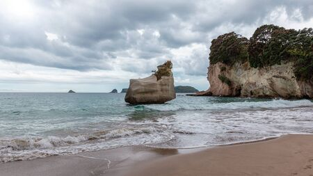Big rock on Cathedral Cove beach, Coromandel Peninsula, New Zealand Banco de Imagens