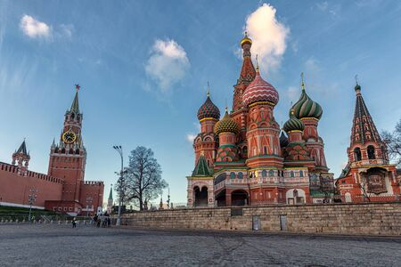 Tourists walking near Kremlin and St Basils Cathedral in Moscow Banco de Imagens