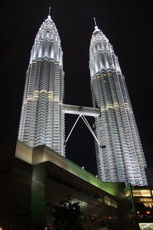 petronas: Dos Torres Petronas en la noche con la luz. Kuala Lumpur (Malasia)