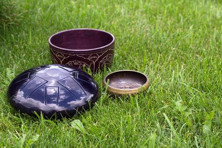 Zang kommen en stalen tong drum op het gras Stockfoto