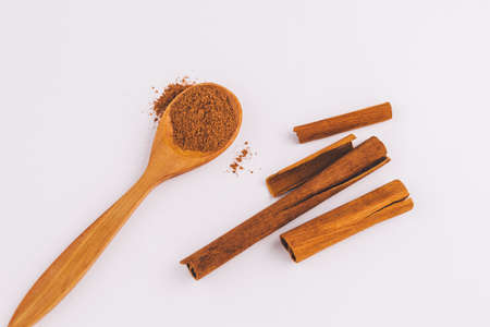 top view of a spoon of sandal wood with cinnamon  on light  background 版權商用圖片
