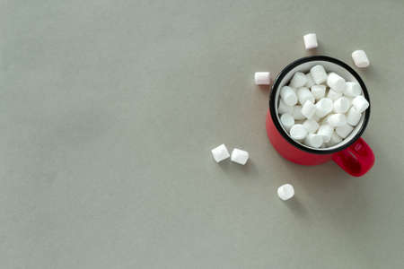 top view red cup with marshmallows on a gray background copy space Imagens