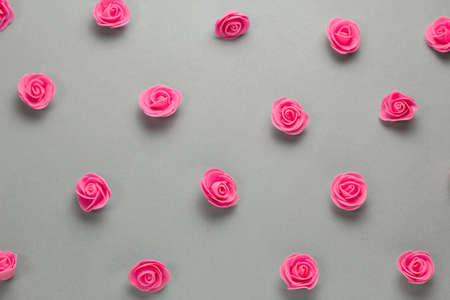 top view delicate pink roses buds pattern on a gray background Imagens