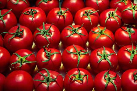 Modèle discret de tomates mûres fraîches sur un marché alimentaire