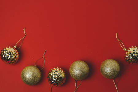 top view golden christmas balls on a red background 版權商用圖片 - 148093148