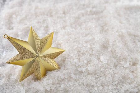 estrellas de navidad: Una sola estrella de Navidad en un fondo de la nieve con la parte superior hacia abajo ángulo