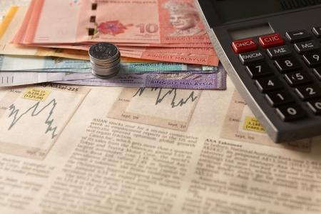 주식 및 주식 시장과 계산기와 돈의 사업 투자 개념 스톡 콘텐츠