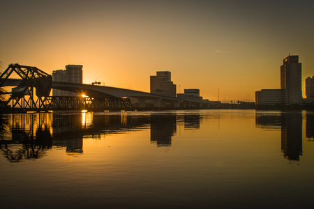 sunrise over jacksonville florida causing reflections on the st johns river Фото со стока