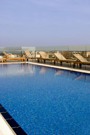 pool on top of a hotel roof overlooking the city Banco de Imagens