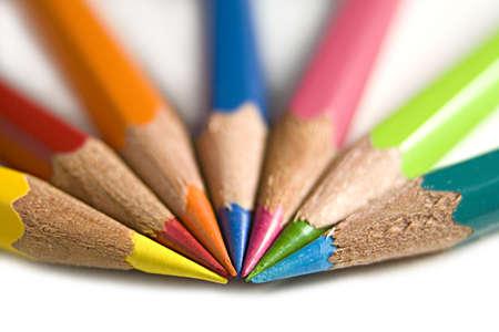 Una macro tiro di sette luminose matite colorate.