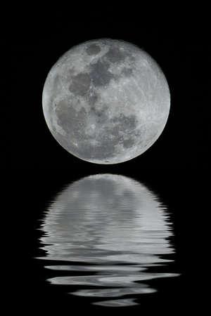 Una luna piena dettagliata. Potete vedere tutti i crateri e particolari.  (con la riflessione dellacqua) Archivio Fotografico