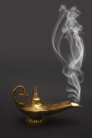 Una lampada magica del genie con fumo. Archivio Fotografico