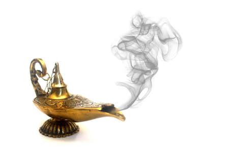lampada magica: Un genio della lampada magica con il fumo.