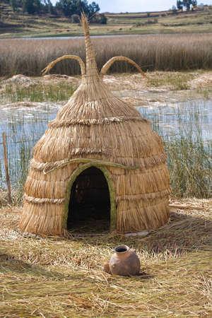 Los Uros, un pueblo indígena anterior a los incas, en directo en el lago Titicaca sobre islas flotantes de moda de esta planta. El uso de Uros también la planta de Totora para hacer barcos (Balsas), de la planta de juncos secos combinados. Foto de archivo - 4266213